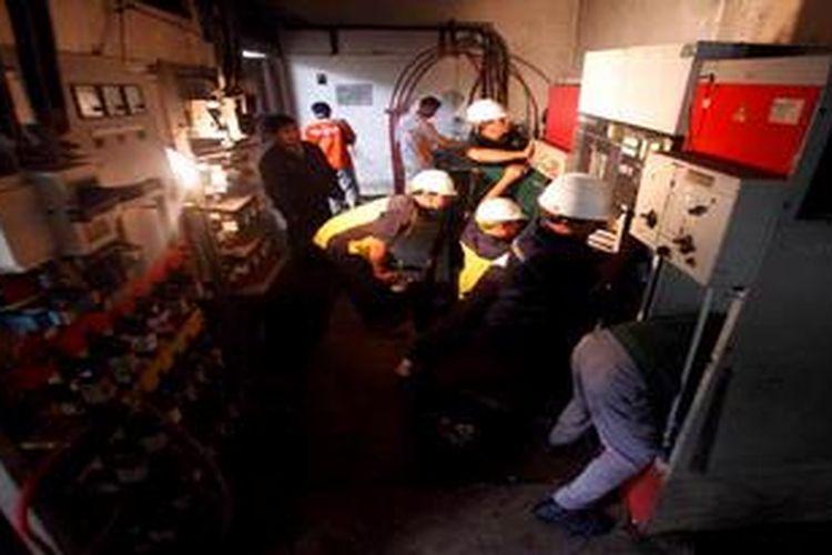 Petugas PLN memperbaiki dan membersihkan trafo dan panel listrik di Gardu Distribusi PLN di kawasan pemukiman Pluit, Jakarta yang sempat terendam banjir, Jumat (25/1/2013). PLN Distribusi Jakarta-Tangerang mulai memperbaiki 1.847 gardu distribusi, dan segera mengganti sekitar 50.000 kilowatt hour (kWh) meter perumahan yang rusak akibat terendam banjir.