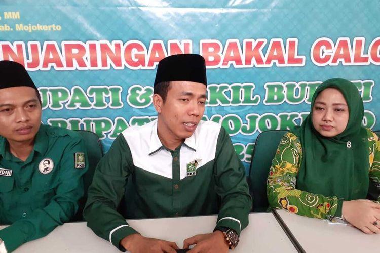 Ketua DPC Partai Kebangkitan Bangsa (PKB) Kabupaten Mojokerto, Ayni Zuroh (kanan), saat mengumumkan dibukanya penjaringan bakal calon bupati dan bakal calon wakil bupati, di Kantor DPC PKB Kabupaten, Jawa Timur, Minggu (16/2/2020).