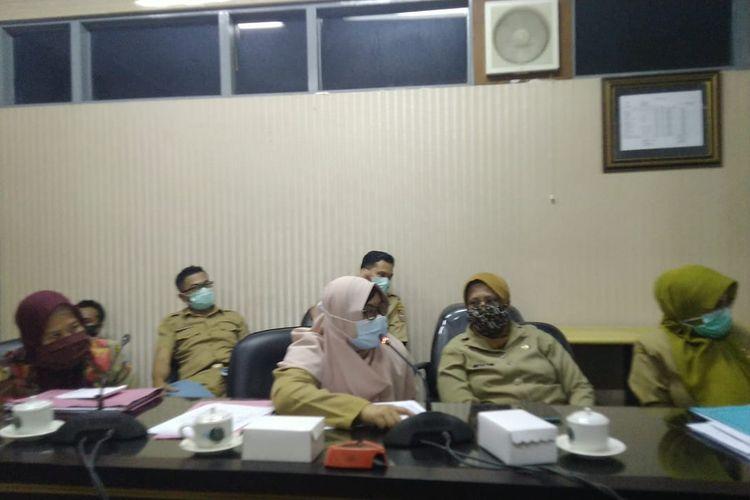 Plt Kepala Dinas Lingkungan Hidup Trias Yuniar Mediawati (dua dari kiri) saat mengungkapkan keinginannya mundur dari jabatan