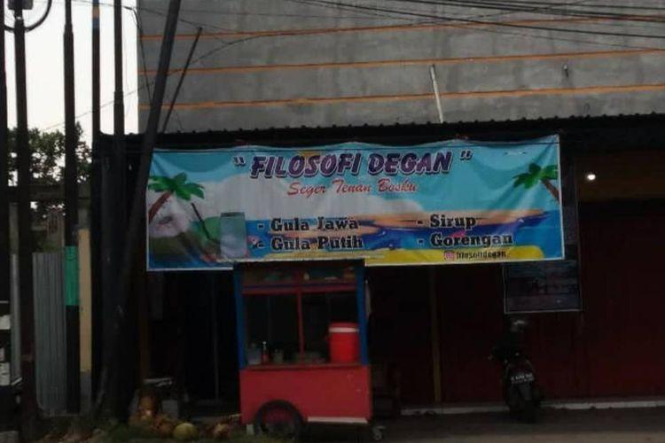 Viral foto warung es kelapa muda bernama Filosofi Degan, bak judul film layar lebar Filosofi Kopi.
