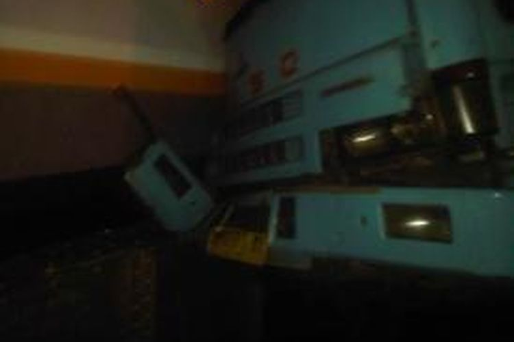Kecelakaan terjadi di Surabaya, Jawa Timur, Rabu (11/6/2014) malam, melibatkan truk Fuso dan Kereta Api Mutiara Timur. Kepala truk terpuntir dan menghantam gerbong kereta setelah hampir separuh badan truk tertabrak kereta ini di perlintasan tersebut.