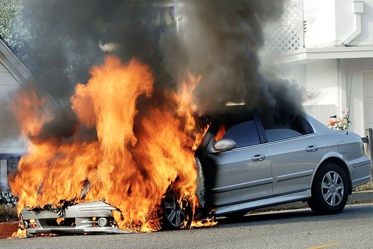 Ilustrasi mobil terbakar secara tiba-tiba