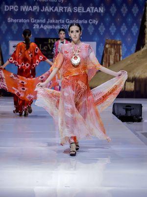 Fashion Symphony 2018, sebuah fashion show yang dipersembahkan oleh 20 UMKM yang tergabung dalam IWAPI Jakarta Selatan. Fashion show diselenggarakan Sheraton Grand Jakarta Gandaria City Hotel, Rabu (29/8/2018).
