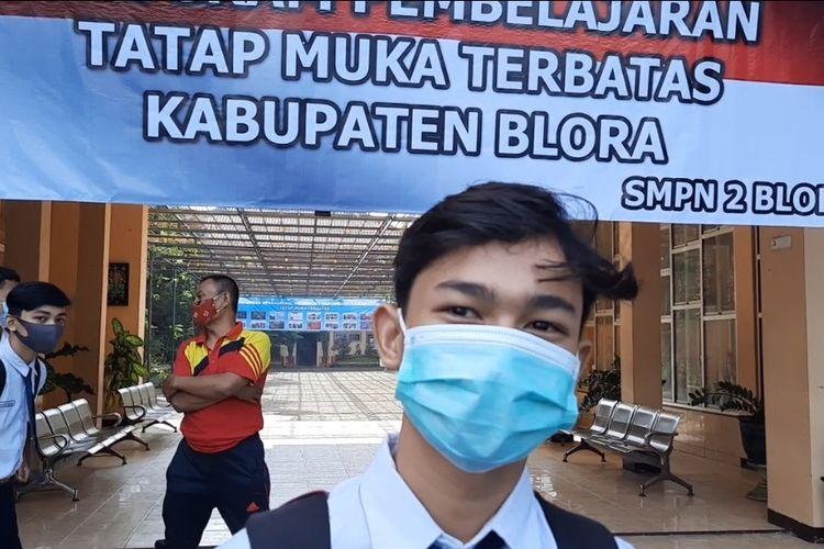 Sejumlah siswa berangkat ke sekolah mengikuti pembelajaran tatap muka di SMPN 2 Blora, Senin (29/3/2021)