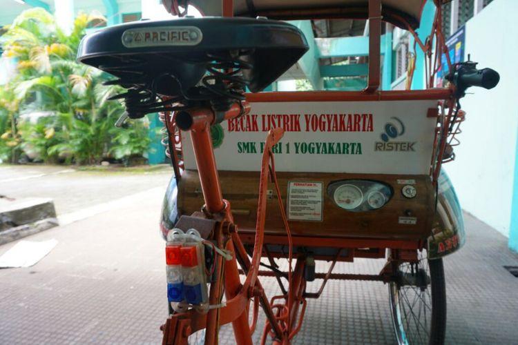 Becak listrik tenaga Surya SMK Piri I Yogyakarta dilengkapi spedometer untuk mengetahui daya