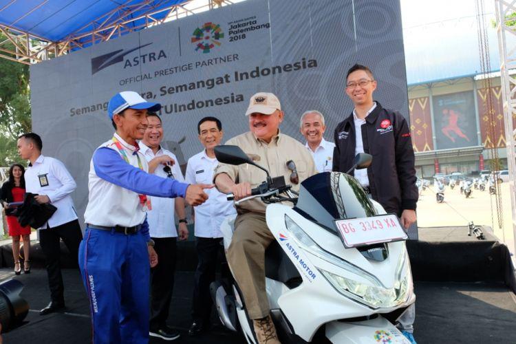 Penyerahan 50 unit Honda PCX dari Astra Motor Sumsel kepada panitia penyelenggara Asian Games 2018 Palembang, di Jakabaring Sport City, Senin (23/7/2018). Secara simbolis, penyerahan dilakukan oleh Kepala Wilayah Astra Motor Sumsel, Ronny Asgustinus kepada Gubernur Sumatera Selatan Alex Noerdin.