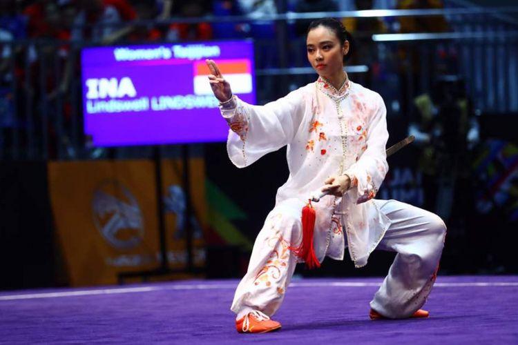 Penampilan atlet Indonesia Lindswell Kwok dalam cabang olahraga wushu nomor taijijian putri di KLCC, Kuala Lumpur, Malaysia, Senin (21/8/2017). Lindswell mempersembahkan emas kelima untuk Indonesia dalam ajang SEA Games 2017 dengan mengumpulkan nilai 9,68.