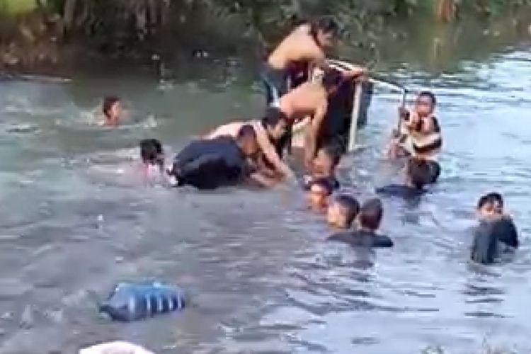 Tangkapan layar video warga tengah membantu mengevakuasi wisatawan yang tercebur saluran irigasi Jalan Pakisjaya, Desa Telukjaya, Kecamatan Pakisjaya, Minggu (16/5/21).