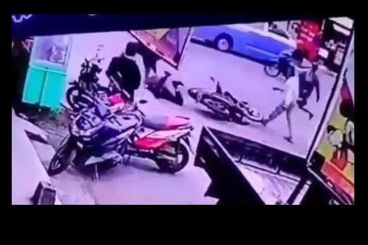 Tangkapan layar diduga 3 tukang parkir minimarket keroyok petugas perbaikan ATM di Garut, Sabtu (30/1/2020).