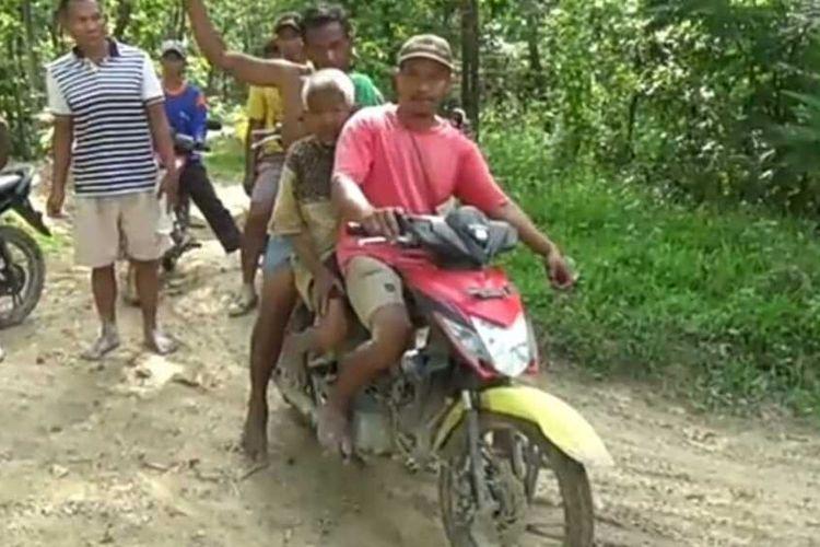 Mbah Lasimin (65) warga Desa Sulursari, Kecamatan Gabus, Kabupaten Grobogan, Jawa Tengah diapit membonceng sepeda motor usai ditemukan di kawasan hutan setempat, Kamis (31/12/2020) sore.