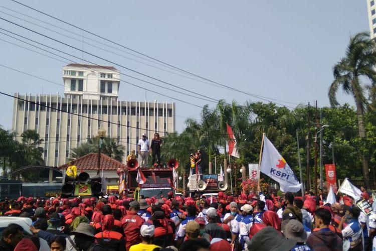 Aksi unjuk rasa para buruh yang tergabung dalam serikat pekerja di depan Kantor Kementerian Koordinator Bidang Perekonomian, Jakarta, Rabu (29/7/2020).