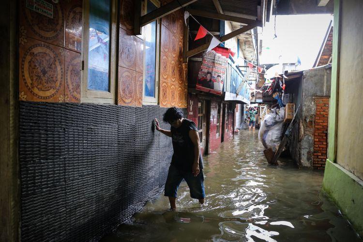 Suasana perumahan warga yang terendam air laut di Kampung Luar Batang, Penjaringan, Jakarta Utara, Selasa (7/11/2017). Permukiman itu terendam air akibat bocornya tanggul yang berada di balik kampung sehingga menyebabkan puluhan rumah di RT 03 RW 03 terendam air setinggi 50 sentimeter.