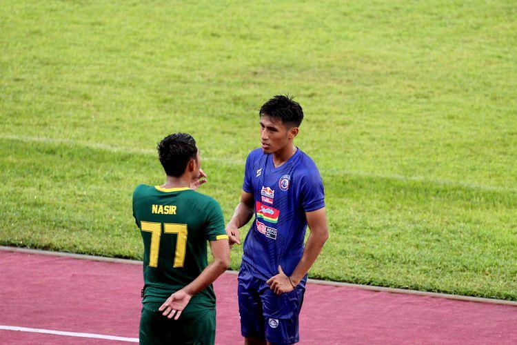 Pemain Arema FC Hanif Sjahbandi sedang diskusi dengan pemain Persebaya Surabaya, Nasir.