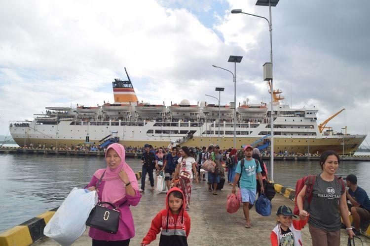 Sekitar 5.000 pemudik yang menggunakan  Kapal Pelayaran Nasional Indonesia (Pelni) mulai memadati Pelabuhan Murhum, Kota Baubau, Sulawesi Tenggara, Senin (11/6/2018).  Ribuan penumpang ini baru saja turun dari dua kapal Pelni yakni Kapal Motor (KM) Tidar dan KM Sinabung dari wilayah timur Indonesia.