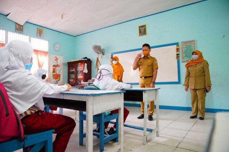 Pembelajaran tatap muka (PTM) secara terbatas di sekolah yang ada di Kota Pontianak, Kalimantan Barat (Kalbar) sudah berjalan lebih dari sepekan. Sejak mulai diterapkannya PTM tanggal 18 Agustus 2021 lalu, secara umum berjalan lancar dan aman. Sekolah-sekolah yang menggelar PTM juga telah melaksanakan protokol kesehatan secara ketat, mulai dari perlengkapan sarana prasarananya hingga jumlah siswa maupun jadwal pembelajaran yang diatur sedemikian rupa.