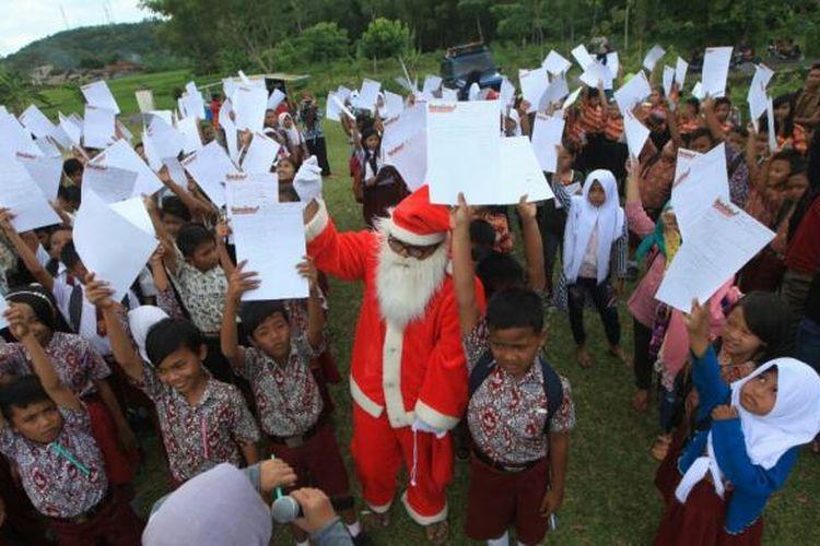Siswa sekolah di Lampung Selatan menulis surat untuk presiden bersama sinterklas.
