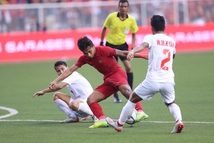 Osvaldo Haay (tengah) berakasi pada laga semifinal SEA Games 2019 antara timnas U23 Indonesia vs Myanmar di Stadion Rizal Memorial, Filipina, Sabtu 7 Desember 2019.