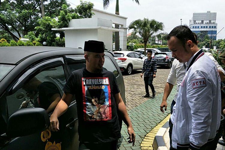 Artis musik Ahmad Dhani berpose saat tiba di Gedung Kejaksaan Negeri Jakarta Selatan di Jalan Tanjung, Jagakarsa, Senin (12/3/2018). Pada hari ini, Dhani dan barang bukti kasus dugaan penyebaran ujaran kebencian dilimpahkan ke kejaksaan setelah berkas perkaranya dinyatakan lengkap.
