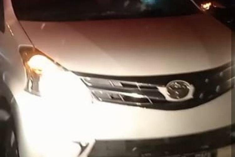 Kasus ambulans dihalang-halangi kembali terjadi di wilayah Jakarta Timur. Kali ini, ambulans dari Emergency Response Indonesia dihalang-halangi mobil Toyota Avanza saat melaju di Jalan Raya Bogor, Kramatjati, Sabtu (2/10/2021) malam.
