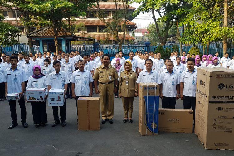 Wali Kota Magelang Sigit Widyonindito memberikan hadiah barang elektronik kepada tujuh pegawai PDAM Kota Magelang yang datang paling pagi, Senin (3/7/2017)