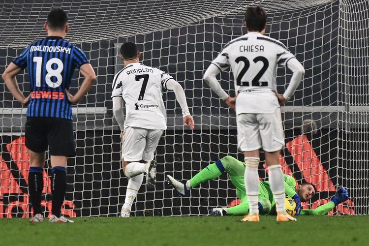 Cristiano Ronaldo gagal mengeksekusi penalti dalam laga Juventus vs Atalanta pada pekan ke-12 Liga Italia yang digelar di Stadion Allianz, Rabu (16/12/2020). (Photo by Marco BERTORELLO/AFP)