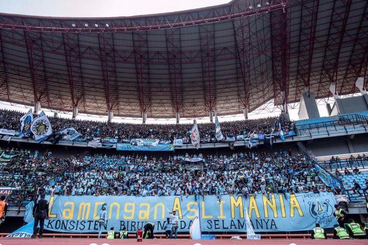 Aksi suporter Persela Lamongan saat bertandang ke Stadion Gelora Bung Tomo di Liga 1 musim lalu. Ribuan Persela Fans bakal membirukan stadion terbesar kedua di Indonesia pada laga uji coba Persebaya melawan Persela bertajuk Jogo Suroboyo Game, Sabtu (10/5/209) malam.