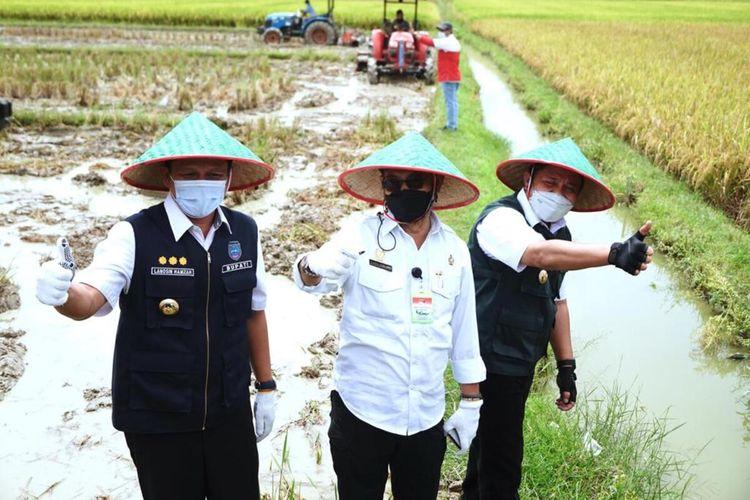 Menteri Pertanian Syahrul Yasin Limpo bersama Gubernur Sumatera Selatan Herman Deru saat menghadiri panen raya di Kabupaten Ogan Komering Ulu (OKU) Timur.