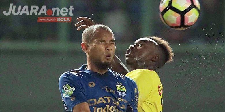 Bek Persib Bandung, Supardi Nasir (kiri), berebut bola dengan penyerang Bhayangkara FC, Guy Junior, dalam laga lanjutan Liga 1 di Stadion Patriot Chandrabhaga, Bekasi, Minggu (4/6/2017).