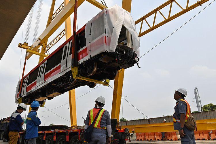 Sejumlah petugas mengawasi proses pengangkatan gerbong kereta light rail train atau lintas rel terpadu (LRT) ke atas rel di Stasiun Harjamukti, Cimanggis, Kota Depok, Jawa Barat, Rabu (4/12/2019). Saat ini sebanyak dua dari total 31 rangkaian kereta (train set) LRT buatan PT INKA telah diangkat di atas rel Stasiun Harjamukti dan ditargetkan selesai seluruhnya pada 2020.