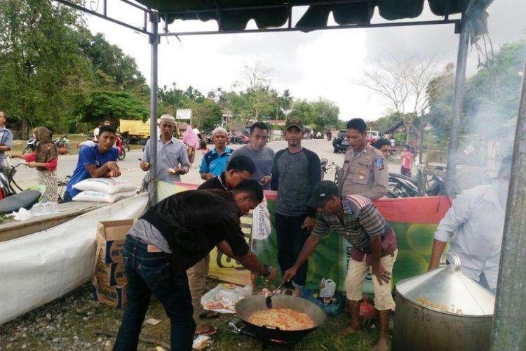 Korban banjir memasak di dapur umum di Desa Parang Sikureung, Kecamatan Matangkuli, Kabupaten Aceh Utara, Rabu (3/1/2017).