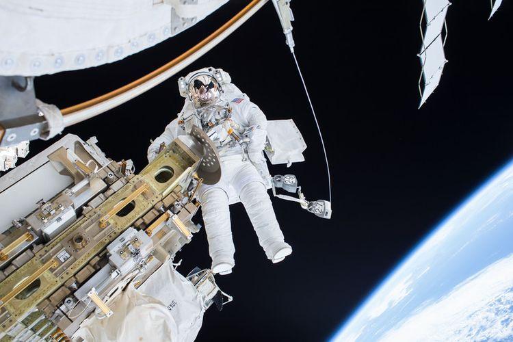 Komandan Ekspedisi 46 Scott Kelly melakukan spacewalk saat memindahkan mobil rel pengangkut seluler Stasiun Luar Angkasa Internasional Desember 2015 lalu. EPA/NASA / HANDOUT  HANDOUT EDITORIAL USE ONLY