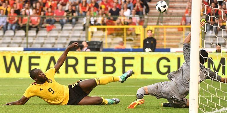 Striker timnas Belgia, Romelu Lukaku (kiri), berebut bola dengan kiper Kosta Rika, Keylor Navas, dalam pertandingan uji coba di Stadion King Baudouin, Brussels, Belgia, 11 Juni 2018. Belgia menang 4-1.