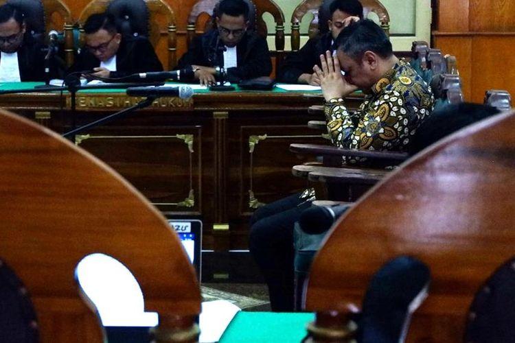Bupati Pakpak Bharat Remigo Yolanda Berutu menghapus air matanya usai mendengar dirinya divonis hakim Pengadilan Tipikor pada PN Medan pada Kamis (25/7/2019)
