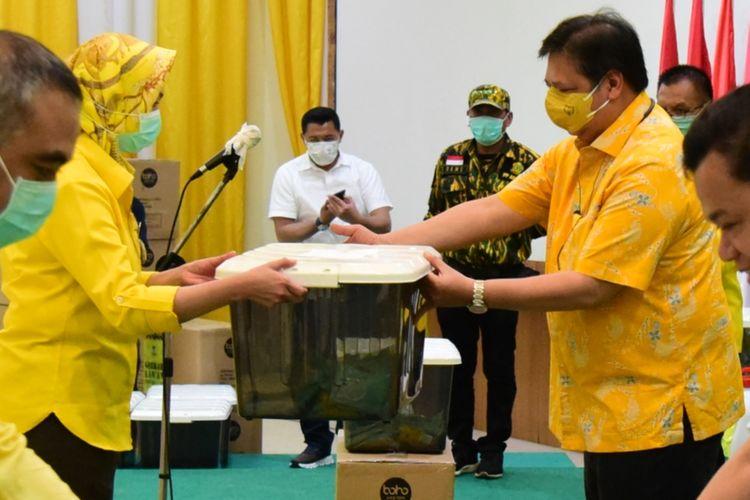 Ketua Umum Partai Golkar Airlangga Hartarto menyerahkan alat perlindungan diri (APD) paramedis saat meluncurkan gerakan Golkar Peduli Lawan Covid-19 di kantor Dewan Pimpinan Pusat (DPP) Partai Golkar, Slipi, Jakarta, Sabtu (28/3/2020).