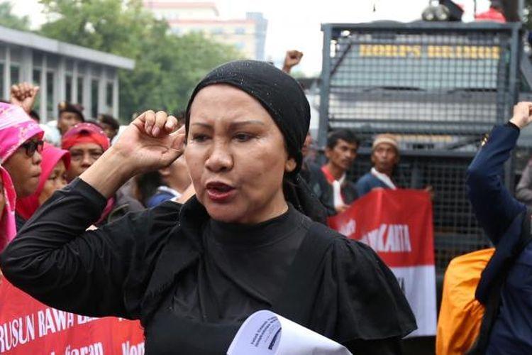Ratna Sarumpaet dan sejumlah warga saat berdemo menolak Basuki Tjahaja Purnama (Ahok) menjadi Gubernur DKI di depan KPU DKI Jakarta, Rabu (21/9/2016).
