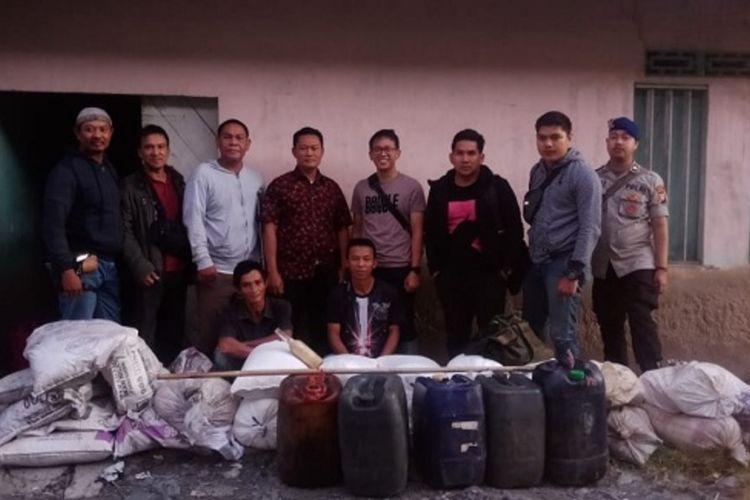 Aparat Direktorat Polairud Polda Kalimantan Barat berfoto di depan barang bukti bahan peledak untuk bom ikan yang diamankan dari sebuah gudang di Kecamatan Pemangkat, Kabupaten Sambas, Kalimantan Barat.