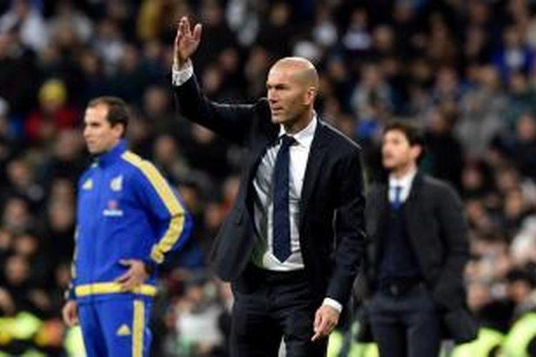 Zinedine Zidane jalani debut sebagai pelatih Real Madrid saat menjamu Deportivo La Coruna di Santiago Bernabeu, Sabtu (9/1/2016).