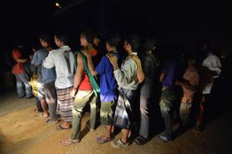 Para pekerja ilegal ditangkap petugas keamanan gabungan Malaysia, Minggu (1/9/2013) dini hari.