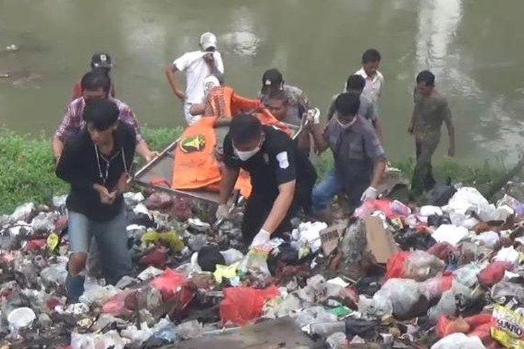 Warga Kampung Tanah Baru RT 03 RW 04, Desa Karang Baru, kecamatan Cikarang Utara, Kabupaten Bekasi dihebohkan dengan penemuan mayat di tumpukan sampah di pinggir Kali Cikarang, pada Selasa (23/6/2020).