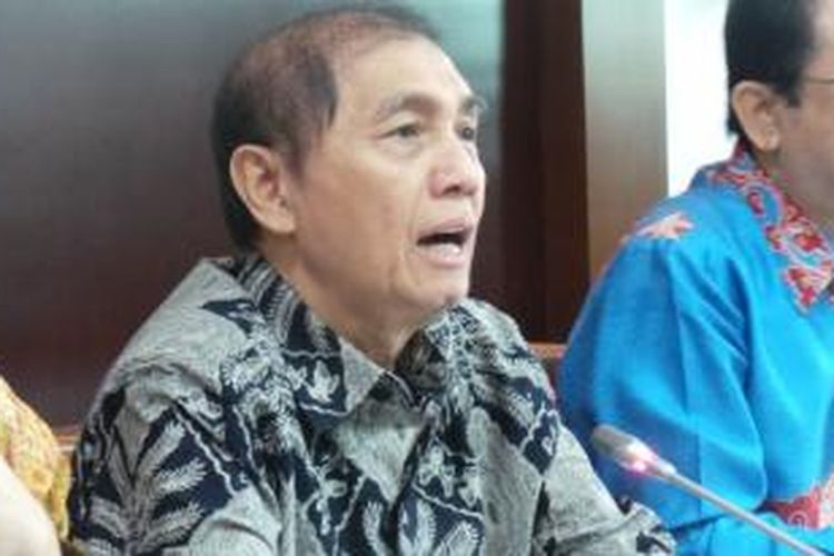 Ketua Badan Pemeriksa Keuangan (BPK) Hadi Poernomo, saat menyerahkan hasil audit tahap II Hambalang kepada Pimpinan DPR, Jumat (23/8/2013), di Kompleks Parlemen, Senayan, Jakarta.