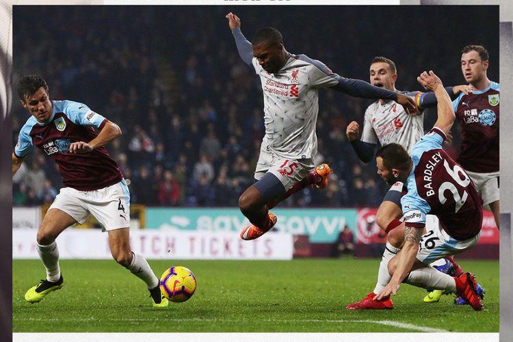 Daniel Sturridge mencoba melewati penjagaan lawan saat duel Burnley vs Liverpool di Stadion Turf Moor dalam lanjutan Liga Inggris, 5 Desember 2018.