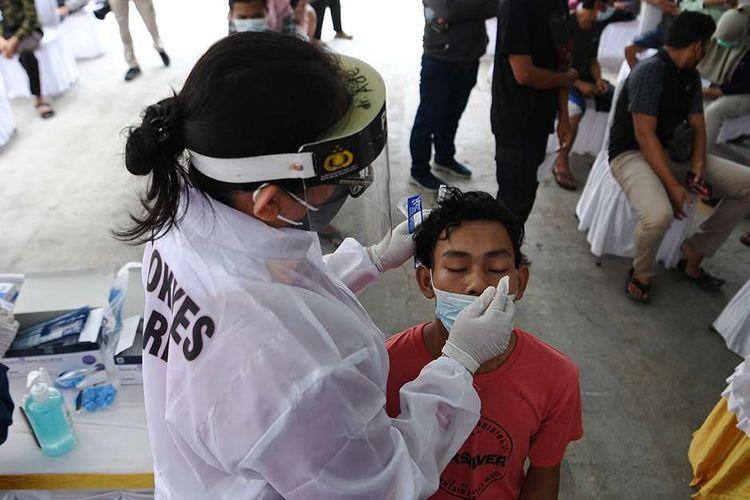 Warga yang telah balik dari mudik menjalani swab test antigen di Sunter, Jakarta, Rabu (19/5/2021). Polda Metro Jaya menggelar tes cepat Antigen kepada pemudik yang telah balik ke Jakarta untuk mencegah penyebaran COVID-19.
