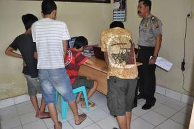 inilah empat pemuda yang ditangkap Polisi sebelum santap sahur. Mereka terbukti memiliki sejumlah paket sabu.