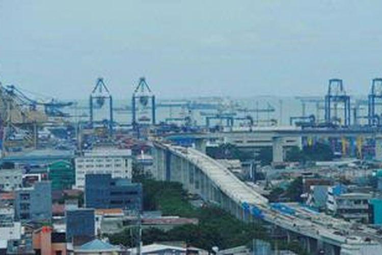 Pembangunan jalan akses menuju Pelabuhan Tanjung Priok, Jakarta, Senin (18/2/2013).