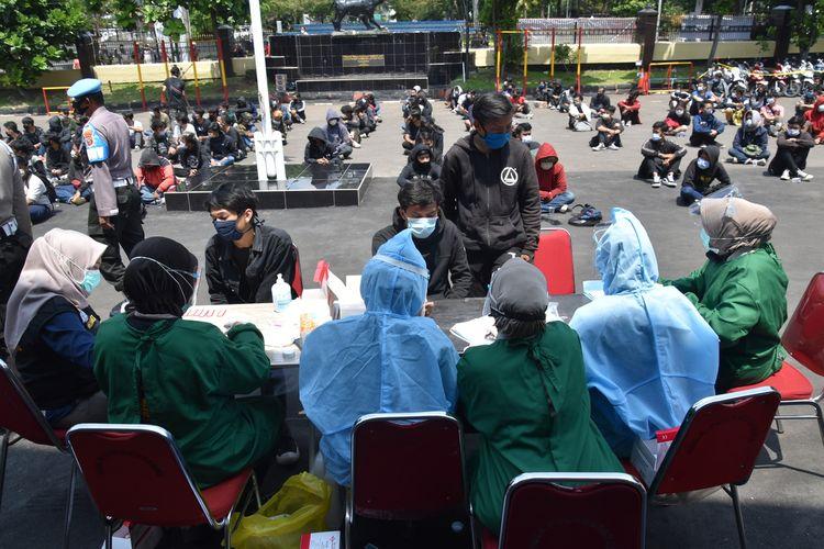 setelah diamankan petigas, 209 pemuda yang terlibat dalam kericuhan demo UU Cipta Kerja di rapid test di halaman Mapolrestabes Bandung, Jalan Jawa, Kota Bandung, Kamis (8/10/2020).