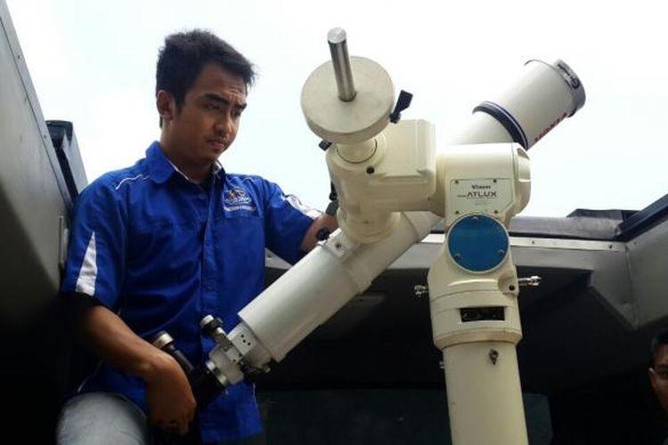 Petugas Planetarium sedang mempersiapkan teleskop untuk gerhana matahari pada Rabu (9/3/2016).
