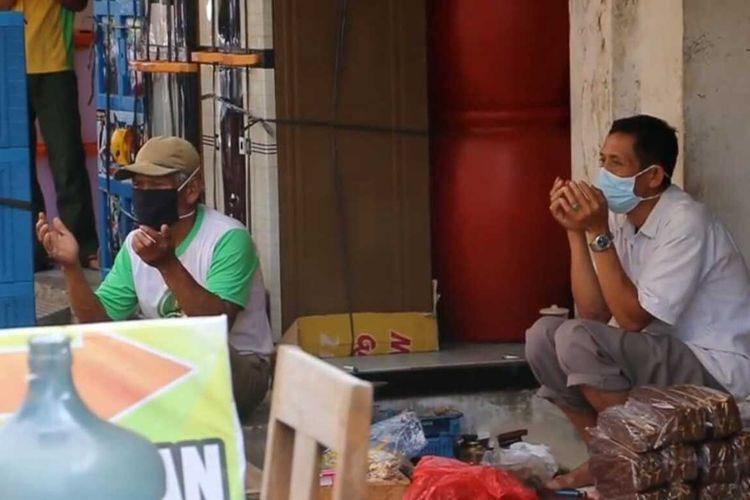 Pedagang dan pengunjung Pasar Tumenggungan Kebumen, Jawa Tengah, sejenak panjatkan doa bersama, Sabtu (10/2021).