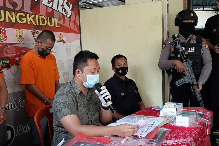 QR (kaos Orange) saat jumpa pers Terkait Portitusi online di Mapolres Gunungkidul Selasa (16/3/2021)