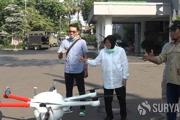 Wali Kota Risma saat meninjau sendiri drone yang dioperasikan untuk menyemprotkan cairan disinfektan di jalan raya serta salah satu kawasan perkampungan di Surabaya, Senin (23/3/2020).
