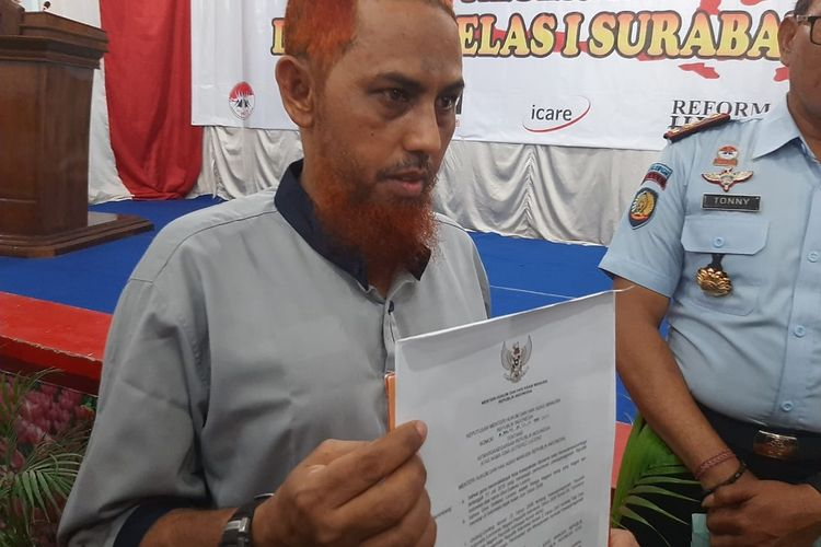 Terpidana Bom Bali, Umar Patek menunjukkan surat keterangan WNI isterinya di Lapas Porong Sisoarjo, Rabu (20/11/2019?.